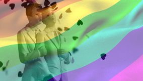 Standbeeld van een vrolijk paar met regenboogvlag stock videobeelden