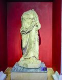 Standbeeld van een vrouw in een kaap Marmeren standbeelden van goden en keizers van antiquiteit in het Museum van Antiquiteiten v stock foto's