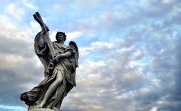 Standbeeld van engel die een kruis houden Stock Afbeelding