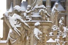 Standbeeld van Engel onder sneeuw stock foto