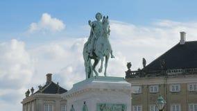 Standbeeld van Frederico Quinto Clementi dichtbij de Koninklijke Woonplaats in Kopenhagen, Denemarken stock footage