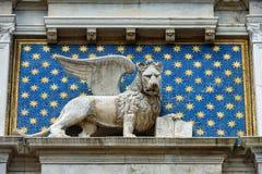 Standbeeld van gevleugelde leeuw in St Teken` s Vierkant in Venetië Stock Afbeelding