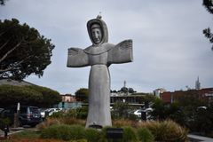 Standbeeld van Heilige Francis van bovenkant van Assisi door een echte levende zeemeeuw, 2 stock fotografie