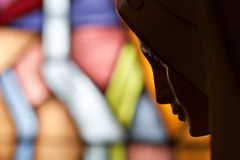 Standbeeld van heilige Mary op gebrandschilderd glas Stock Fotografie