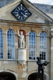 Standbeeld van Henry V & Charles Rolls, Graafschapzaal, Monmouth, Wales, het UK Royalty-vrije Stock Foto