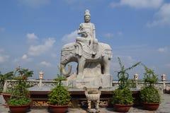 Standbeeld van het berijden van Boedha olifant Stock Afbeelding