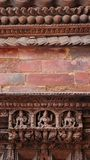 Standbeeld van Hindoese die Goden op de houten deur wordt gesneden royalty-vrije stock afbeeldingen