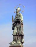 Standbeeld van John van Nepomuk, Charles Bridge, Praag, Tsjechische Republiek Stock Foto