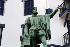 Standbeeld van Juan Sebastian de Elcano in de haven van Getaria, Baskisch Land stock fotografie