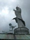 Standbeeld van Kannon boven op Tempel met Kinderen Royalty-vrije Stock Afbeeldingen