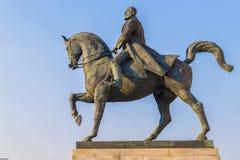 Standbeeld van Koning Carol op blauwe hemel in zonsonderganglicht Stock Foto