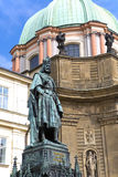 Standbeeld van Koning Charles IV Karolo Kwarto dichtbijgelegen Charles Bridge in Praag Stock Afbeelding