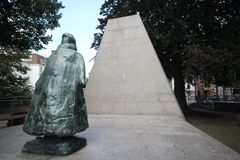 Standbeeld van koningin Wilhelmina in Den Haag, Nederland De tekst op standbeeld is Eenzaam maar niet alleen stock foto