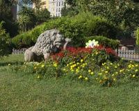 Standbeeld van Leeuw door bloembed in Stadspark Istanboel Royalty-vrije Stock Fotografie