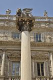 Standbeeld van leeuw op steenvoetstuk Stock Afbeeldingen