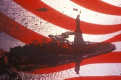 Standbeeld van Liberty Seen Through An American-Vlag, de Stad van New York, New York stock afbeelding