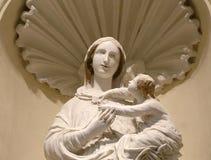 Standbeeld van maagdelijke Mary met de baby Jesus Stock Foto's