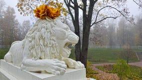 Standbeeld van marmeren leeuw in het park van Catherine. Royalty-vrije Stock Foto's
