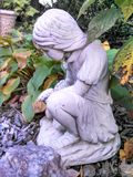 Standbeeld van meisje het plukken bloemen Stock Afbeeldingen