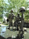 Standbeeld van militaire militairen in een park stock fotografie