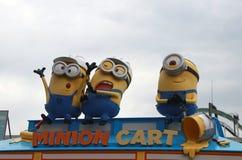 Standbeeld van Minions op de bovenkant van de winkel, verkopende Minion-Goederen, in Universele Studio's Japan stock foto's