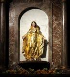 Standbeeld van Moeder Mary in Gouden Toga royalty-vrije stock fotografie