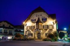 Standbeeld van Mozart en townhall bij nacht in St Gilgen Stock Foto