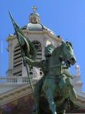 Standbeeld van nationale held en kruisvaarder in Brussel, voor een kerk. Stock Afbeelding