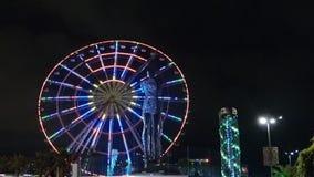 Standbeeld van Nino en Ali bij nacht op de carrouselachtergrond en de alfabetische toren Batumi, Georgi? in augustus het jaar van stock footage