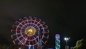 Standbeeld van Nino en Ali bij nacht op de carrouselachtergrond en de alfabetische toren Batumi, Georgi? in augustus het jaar van stock video