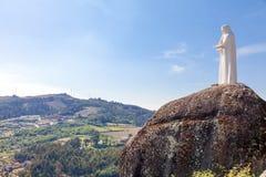 Standbeeld van Onze Dame die het landschap overzien Stock Foto's