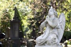 Standbeeld van oude engel op begraafplaats stock foto's