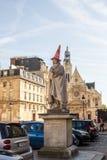 Standbeeld van Pierre Corneille met verkeerskegel op zijn hoofd, outsid Stock Foto's