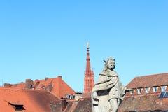 Standbeeld van Pippeling Jonger en de Torenspits van Marienkapelle in Wurzburg, Duitsland royalty-vrije stock foto's