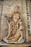 Standbeeld van Polyphemus in de Capitoline-Musea Mooie oude vensters in Rome (Italië) stock foto's