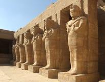 Standbeeld van rammen bewaken inbegrepen in tempel Karnak Stock Afbeelding