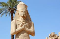 Standbeeld van Ramses II bij de Tempel Karnak. Stock Foto