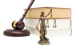 Standbeeld van rechtvaardigheid, boeken en hamer op witte achtergrond Royalty-vrije Stock Foto's