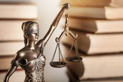 Standbeeld van rechtvaardigheid en boek royalty-vrije stock afbeelding