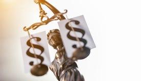 Standbeeld van rechtvaardigheid met Paragrafen Stock Fotografie
