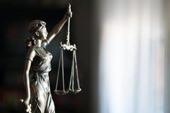 Standbeeld van Rechtvaardigheid met schalen in advocaatbureau royalty-vrije stock foto's