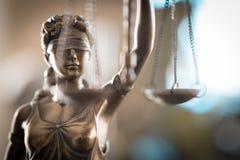 Standbeeld van Rechtvaardigheid met schalen in advocaatbureau stock afbeeldingen