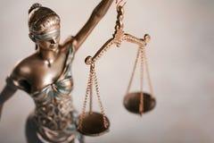 Standbeeld van rechtvaardigheid op tablet royalty-vrije stock foto