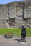 Standbeeld van Roman Emperor Trajan en Overblijfselen van de Muur van Londen Stock Foto's