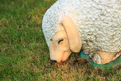 Standbeeld van schapen het weiden Stock Foto's