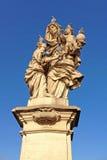 Standbeeld van St Anne met de zuigeling Jesus ( door Matej Vaclav Jackel ) aan de het Noordenkant van Charles Bridge Stock Foto