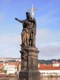 Standbeeld van St John Doopsgezind, het beeldhouwwerk van Charles Bridge in Praag, Tsjechische Republiek Royalty-vrije Stock Foto