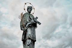 Standbeeld van St John van Nepomuk op de Charles-brug in Praag, Tsjechische republiek royalty-vrije stock foto's