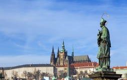 Standbeeld van St John van Nepomuk, Charles Bridge, Praag, Tsjechische Republiek Stock Foto's