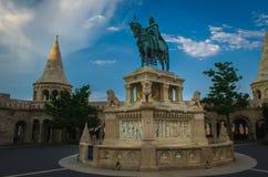 Standbeeld van Stephen I van Hongarije in het Bastion van de Visser in Boedapest stock fotografie